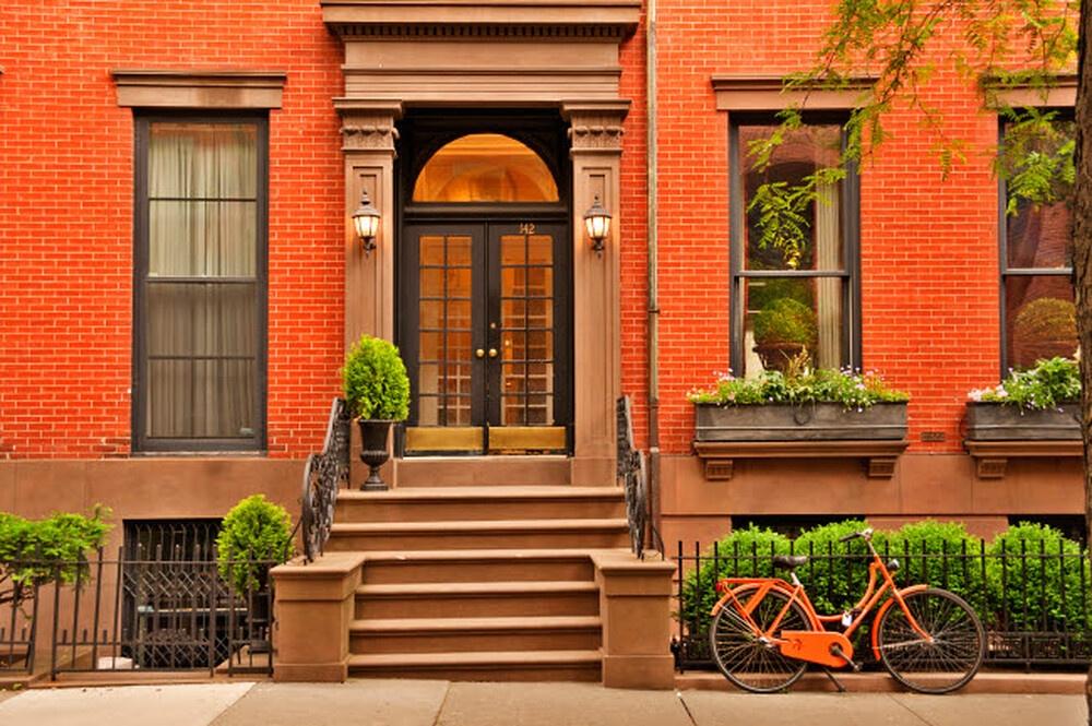 Šarvuotos lauko durys su stiklu – saugios, tvirtos ir stilingos